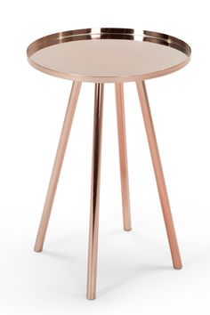 Alana Nachttisch in Kupfer. Das Tolle an diesen Beistelltischen ist, dass sie so wandelbar sind. Mit Lampe oder Pflanze drauf oder als Nachttisch daneben. Alana kann alles und bringt eine Extraportion Style mit.