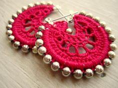 Pendiente de aro, en ganchillo con bolitas  doradas... Diy Crochet Jewelry, Crochet Diy, Bead Crochet, Crochet Accessories, Crochet Crafts, Crochet Projects, Diy Earrings, Crochet Earrings, Crochet Patterns For Beginners