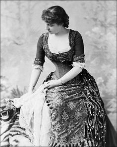 Actress Lillie Langtry in a Victorian evening gown, [Library of Congress 1880s Fashion, Victorian Fashion, Vintage Fashion, Lillie Langtry, Vintage Outfits, Victorian Women, Victorian Era, Victorian Evening Gown, Victorian Dresses