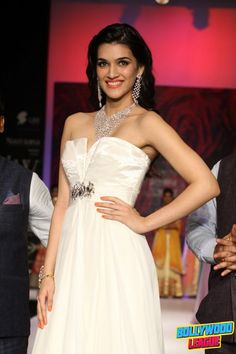 Kriti Sanon walks the ramp for Mahabir and KIK Jewels at IIJW 2014 | Bollywood League - Photos, Videos, Movies, Wallpapers