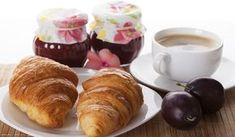 Un buon cornetto caldo a colazione è irresistibile e manderebbe in fumo ogni buon proposito dietetico. Ecco i sorprendenti CORNETTI vegan.