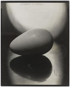 """Steichen Edward (1879-1973), Le Commencement du monde (1920), 1926 Brancusi a contretypé à deux reprises cette épreuve originale d'une photographie prise par son ami Edward Steichen entre 1920 et 1926, qui a servi de frontispice au catalogue de sa première exposition personnelle à la Brummer Gallery (New York, 17 novembre-15 décembre 1926) où """"Le Commencement du monde"""" a figuré."""