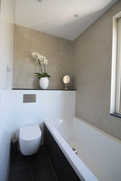 Badkamer, voorzien van dubbele wastafel, ligbad, douche en toilet. Gedeeltelijk betegelt met grote tegels en pandomo stucwerk op de wanden. Ontwerp:Filiaal 4 i.s.m. Pieter de Boer