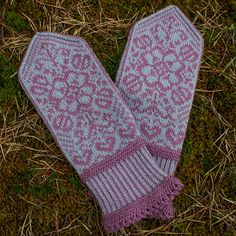 Ravelry: Project Gallery for Bianca's Mittens/Biancas Votter pattern by Wenche Roald Fair Isle Knitting, Lace Knitting, Knitting Socks, Knitting Stitches, Knitting Charts, Knitting Patterns, Crochet Mittens, Mittens Pattern, Knitted Gloves