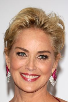 Short Hairstyles Like Sharon Stone Sharon Stone Short Hair, Beautiful Girl Image, Beautiful Women, Sharon Stone Photos, Wedding Hairstyles, Cool Hairstyles, Hommes Sexy, Light Hair, Celebrity Pictures