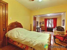 Chambre 1 - La chambre double, assez grande pour avoir un petit coin boudoir, ou pour faire une chambre d'enfant avec deux lits.- Triplex à vendre à Montréal dans le quartier Rosemont, contactez Emmanuelle au 451-751-1551, $579,000