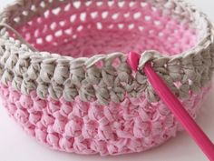 Free Crochet Pattern and Tutorial: Learn how to make a gorgeous crochet basket. ✿⊱╮Teresa Restegui http://www.pinterest.com/teretegui/✿⊱╮