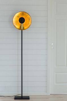The Captain uplight floor lamp is a real eye-catcher. You can direct the light straight forwards or upwards, the gold centre gives a warm, lovely lighting effect. Scandinavian Floor Lamps, Eclectic Modern, Standard Lamps, Royal Design, Modern Traditional, Rustic Industrial, Lampshades, By Rydéns, Mirror