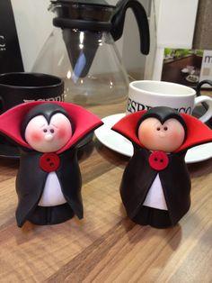Draculas...vampiros, todo para una noche tenebrosa jajajaja.