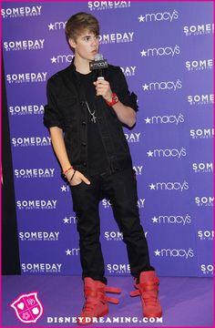 Justin Bieber Google News: Justin Bieber poses at Macys in NY USA