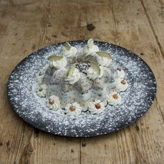 TULBAND MIDDEL — Ingredienten: 100% Plantaardig vet, gestreepte zonnepitten, saffloorpitten, pinda's, raapzaad, lijnzaad, kanariezaad, Franse hennepzaad, milo, hele gepelde haver, maïsgrutten, tarwe, gierst, gebroken erwten, gerst, gemalen oesterschelpen en bloem. Doorsnede: 16 centimeter. Hoogte: ca 7 centimeter. Decoratie kan per keer verschillen.