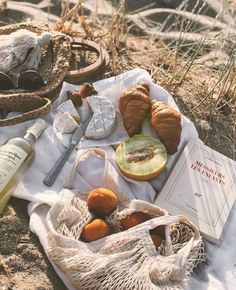 Picnic Date, Beach Picnic, Summer Picnic, Summer Aesthetic, Aesthetic Food, Picnic Photography, Romantic Picnics, Picnic Foods, Picnic Recipes