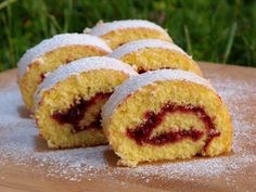 """750g vous propose la recette """"Gâteau roulé à la confiture de framboises"""" publiée par idians."""