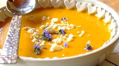 BUTTERNUT SOUP - Butternut soup should be at the top of your list of soup recipes. Hearty and creamy, it's perfect when paired with fresh, crusty bread. Vegetarian Cooking, Vegetarian Recipes Dinner, Soup Recipes, Cooking Recipes, Butternut Squash Chilli, Butternut Squash Soup, Pumpkin And Ginger Soup, Cream Of Broccoli Soup, Peeling Potatoes