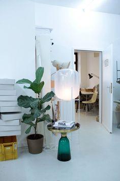 De Oda lamp is ontworpen door Sebastian Herkner en is te bestellen in diverse formaten en kleuren. De kleine verschillen in iedere Oda lamp geeft u een unieke lamp die speciaal voor u handgemaakt is. Deze Oda lamp is de middelste maat van de lampen serie.