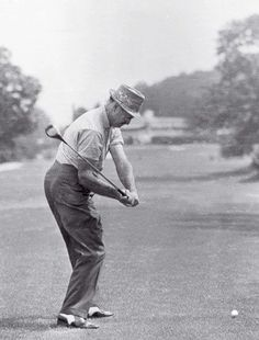 Golf Tips Swing See the great moves and perfect positions of The Slammer in a never-before-seen 1950 photo sequence. Words can't describe Sam's fluid tempo, his awesome power. Sam Snead, Golf 7 R, Play Golf, Disc Golf, Golf Putting Tips, Vintage Golf, Golf Videos, Golf Instruction, Golf Tips For Beginners
