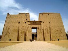 Tour desde Asuan o desde su hotel en Asuan o en su crucero Nilo desde Aswan, visita al templo de Edfu templo de Horus en Edfu #tour_Aswan #Edfu_tour #Egipto http://www.maestroegypttours.com/sp/Excursi%C3%B3nes-en-Egipto/Asa%C3%BAn-Excursiones
