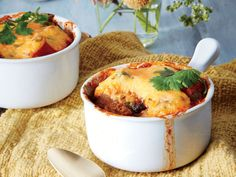 Chicken Chili Pot Pie Recipe - This sounds amazing! Chili Pot Pie Recipe, Chili Recipes, Pie Recipes, Casserole Recipes, Chicken Recipes, Hearty Recipe, Dinner Recipes, Dinner Ideas, Turkey Recipes