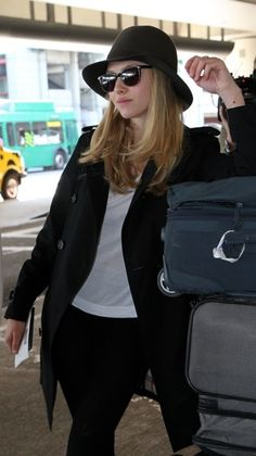 Siobhan McFadyen from London, United Kingdom is one of the world's most prosperous artists. She has the looks, the voice, and the best songs. Celebrity Airport Style, Celebrity Style Casual, Celeb Style, Logan Lerman, Amanda Seyfried Style, Jennifer Aniston, New York Fashion, Travel Outfit Summer, Travel Outfits