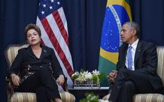 El presidente estadounidense, Barack Obama (D) y su par brasileña, Dilma Rousseff, hablan durante un encuentro paralelo a la Cumbre de las Américas, el 11 de abril de 2015 en Panamá