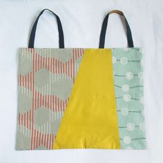 Size: (l) (w) The cutout of the patterns from the tayutou fabric is pieced together to create this bag. By setting the fabric lengthwise or sideways, Origami Tote Bag, Diy Bags Tutorial, Lace Bag, Japanese Bag, Small Sewing Projects, Craft Bags, Patchwork Bags, Fabric Bags, Leather Fabric