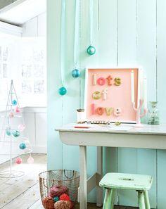 Met woldraad omwonden letters - Een kamer wordt vaak een stuk sfeervoller als er mooie quotes op de muur hangen. Bedenk je mooiste wens en fleur het op met woldraad omwonden letters. #DIY   via @101woonideeen