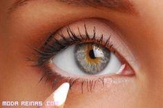 El lápiz de ojos blanco es un gran aporte a nuestro maquillaje y no debes de olvidarlo, si quieres resaltar tu mirada. Podrás aplicarlo en tu párpado superior, tipo eye-liner, después de haber elegido las sombras que más te gusten.  Por otro lado, si quieres que tus ojos parezcan más grandes, deberás aplicarlo en el párpado inferior, pero recuerda que si eres muy morena, te quedará mucho mejor un lápiz color crema y no totalmente blanco.