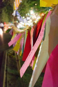 7 de julio. Para el tanabata escribimos a mano nuestros deseos en pequeños trozos de papel rectangulares y de colores vivos llamados tanzaku (短冊) y los colgamos en las ramas de los árboles de bambú dispuestos para la ocasión. Tradicionalmente, los papeles tanzaku han sido de 5 colores (blanco, negro, amarillo, rojo y verde) en representación de los 5 elementos de la naturaleza (agua, metales, madera, fuego y tierra)