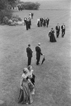 England. East Sussex. Interlude at the Glyndebourne Festival Opera, henri cartier-bresson, 1953