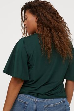 Top in jersey with a sheen. The top has short, wide butterfly sleeves. Style Personnel, Magazine Man, Picture Outfits, H&m Gifts, Lookbook, Fashion Company, Emerald Green, World Of Fashion, Sleeve Styles
