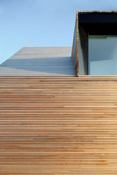 Low energy house in filsdorf - haus kieffer: houses by steinmetzdemeyer architectes urbanistes - House Cladding, Timber Cladding, Exterior Cladding, Timber Roof, Timber Architecture, Architecture Details, Wooden Facade, Contemporary Barn, Modern Staircase