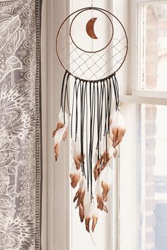 Stunning Dream Catcher Ideas to get only Pleasant Dreams - Traumfänger - Diy Dream Catcher Craft, Large Dream Catcher, Dream Catcher Boho, Dream Catcher Bedroom, Diy Tumblr, Cardboard Chandelier, Moon Dreamcatcher, Dreamcatchers, Beautiful Dream Catchers