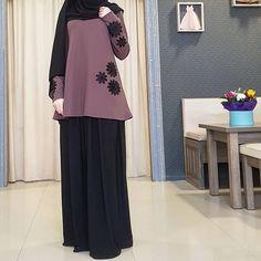 Image may contain: people standing Modern Hijab Fashion, Abaya Fashion, Muslim Fashion, Modest Fashion, Skirt Fashion, Fashion Dresses, Hijab Style, Hijab Chic, Office Attire Women