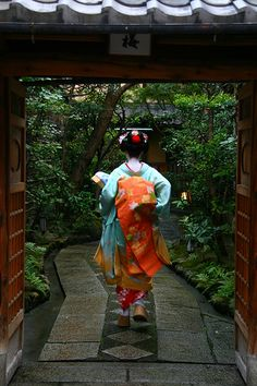 Geisha disappearing into an alley, Kyotos Gion district by Raphael Bick on Flickr