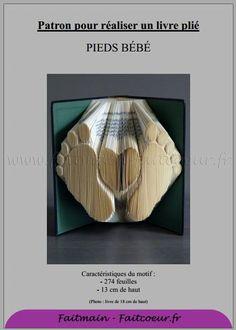 Deux jolis petons de bébé, un livre plié adapté à une naissance. Prenez en compte que le pliage se fait sur 274 feuilles et que le motif fait 13cm de haut.