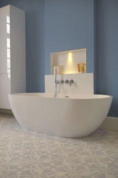 VIA Platten schaffen eine ganz besondere Raum-Atmosphäre – Helle Zementmosaikplatten als Fliesen verlegt in einem modernem Badezimmer.