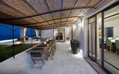 Terrassenüberdachung bauen - Ein Metallgestell mit Bambus oder Stroh bedecken