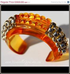 SALE Art Deco 1930s Bracelet in Bakelite. Colour of Apple Juice, Amber. Prystal.