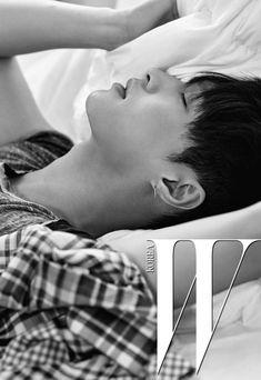 EXO Lay for W Korea magazine EXOclusive issue 빈티지 회색 티셔츠는 Current/Elliott by 10 Corso Come, 귀고리는 레이 소장품.