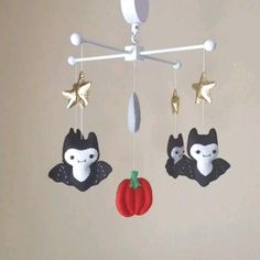 Felt baby mobile, felt bats, spooky nursery, cute nursery mobile, moon and stars Nursery Themes, Nursery Decor, Dark Nursery, Gothic Baby, Punk Baby, Baby Bats, Goth Home Decor, My Bebe, Baby Room Design
