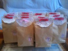 Bolsas de chuches con blonda de papel y lazo