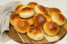 Luftige boller som kommer nystekte ut av ovnen frister både liten og stor.