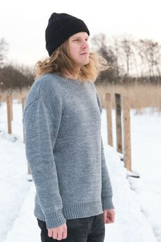 Cozy oversized merino wool sweater for Men. Grey sweater melange, hipster hiking look for outdoors. Chunky Oversized Sweater, Grey Sweater, Beanie Outfit, Merino Wool Sweater, Sustainable Fashion, Hiking, Hipster, Cozy, Outdoors
