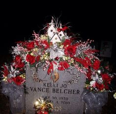 Christmas Grave Decorations are one inseparable perhaps the Christmas holidays, without which Christmas would lose all its color, spirit, warmth and c. Grave Flowers, Cemetery Flowers, Funeral Flowers, Wedding Flowers, Funeral Flower Arrangements, Christmas Floral Arrangements, Vase Arrangements, Graveside Decorations, Cemetary Decorations