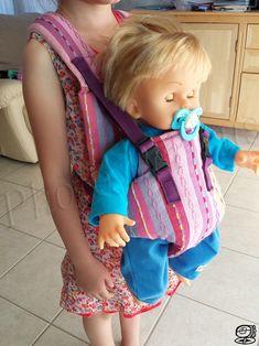 DIY - Porte bébé pour poupée  Comment recycler un rideau, un coutil de matelas et un sac à dos... en faisant un porte bébé pour la poupée de ma fille. Les dimensions sont adaptées pour une...