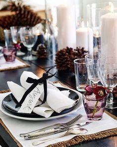 A beautiful christmas table. Christmas Decorations For The Home, Christmas Table Settings, Christmas Tablescapes, Christmas Love, Rustic Christmas, Beautiful Christmas, Christmas Ideas, Christmas Design, Tips And Tricks