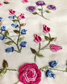 brazilian embroidery how to do Hand Embroidery Dress, Hand Embroidery Videos, Hand Embroidery Tutorial, Embroidery Flowers Pattern, Hand Embroidery Stitches, Silk Ribbon Embroidery, Hand Embroidery Designs, Machine Embroidery, Brazilian Embroidery
