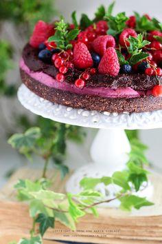 Raw Vegan Raspberry Chocolate Brownie Cake Just Love Cookin'Just Love Cookin' Raw Vegan Cake, Raw Vegan Desserts, Raw Cake, Raw Vegan Recipes, Vegan Treats, Delicious Desserts, Yummy Food, Chocolate Raspberry Brownies, Chocolate Brownie Cake