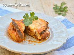 Moussaka ricetta originale greca, una delizia della cucina greca, uno sformato ricco di sapori con melanzane fritte, ragù di carne, patate, besciamella