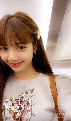 lisa cute H- South Korean Girls, Korean Girl Groups, Peinados Pin Up, Lisa Blackpink Wallpaper, Black Grunge, Blackpink Video, Kim Jisoo, Hair Color Blue, Blackpink Photos